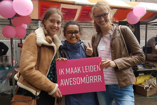 "Three women from the Amsterdam chapter holding a sign reading ""Ik Maak Leiden Awesomûrrr"""